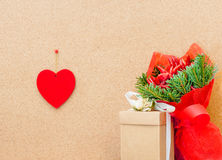 Сердце дня валентинки с перцами подарочной коробки и чилей связывает Стоковое фото RF