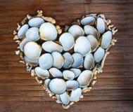 Сердце от белых кораллов и раковин на деревянной предпосылке Handmade оформление влюбленности от находить пляжа Стоковое Фото