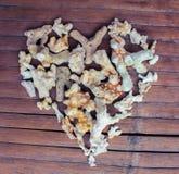 Сердце от белых кораллов на деревянной предпосылке Оформление влюбленности Seashore от находить пляжа Стоковая Фотография RF