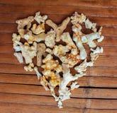 Сердце от белых кораллов на деревянной предпосылке Оформление моря романтичное от находить пляжа Стоковое Изображение RF