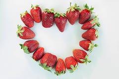 Сердце от зрелой клубники всей над взглядом изображения сердец сердца предпосылки тусклые Предпосылка клубники отрезанный ананас  Стоковое Изображение