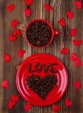 Сердце от кофе на красной плите Стоковая Фотография RF
