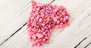 Сердце от розовых камней на белых досках стоковая фотография rf