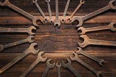 Сердце от старого ключа на деревенском деревянном столе на день отцов, папе самое лучшее Стоковое Фото