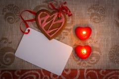 Сердце печений пряника шоколада сформировало с красной и розовой замороженностью и красной лентой затем на красочной ткани Стоковые Изображения RF
