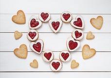 Сердце печений shortbread в форме сердц с составом дня валентинок варенья Стоковые Фотографии RF