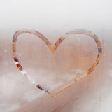 Сердце покрашенное на misted окне Дождь осени, надпись на потном стекле Стоковое Изображение RF