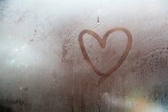 Сердце покрашенное на misted окне стоковая фотография rf