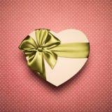 Сердце подарочной коробки с зеленым смычком на красной предпосылке Стоковое фото RF