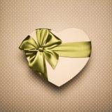 Сердце подарочной коробки с зеленым смычком на предпосылке Брайна Стоковые Фотографии RF