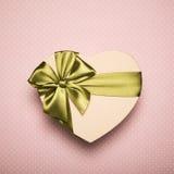 Сердце подарочной коробки с зеленым смычком на розовой предпосылке Стоковые Изображения RF