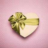 Сердце подарочной коробки с зеленым смычком на розовой предпосылке Стоковое Изображение RF