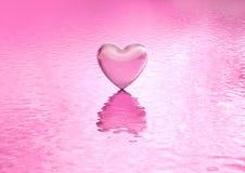 Сердце предпосылки влюбленности на воде Стоковое фото RF
