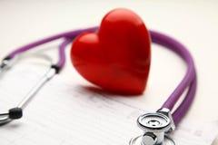 Сердце при стетоскоп, изолированный на белой предпосылке Стоковые Изображения RF