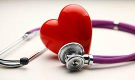 Сердце при стетоскоп, изолированный на белой предпосылке Стоковая Фотография