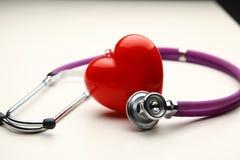Сердце при стетоскоп, изолированный на белой предпосылке Стоковое Изображение RF