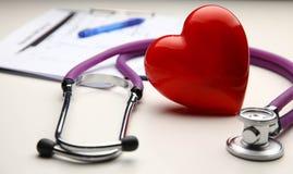 Сердце при стетоскоп, изолированный на белой предпосылке Стоковая Фотография RF