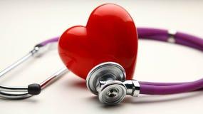 Сердце при стетоскоп, изолированный на белой предпосылке Стоковое фото RF