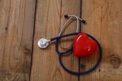 Сердце при стетоскоп, изолированный на деревянной предпосылке Стоковая Фотография RF