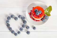 Сердце рамки от голубики и fruitcake Стоковое Фото
