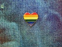 Сердце радуги на предпосылке джинсов Стоковое Фото