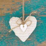 Сердце смертной казни через повешение и предпосылка бирюзы деревянная в стиле страны. стоковая фотография