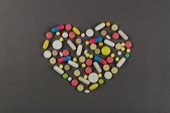 Сердце созданное от покрашенных пилюлек МЕДИЦИНСКАЯ принципиальная схема Стоковая Фотография RF