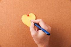 Сердце стикера на пробковой доске Стоковые Фото