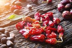 Сердце сухого крупного плана красного перца на деревянной предпосылке Стоковое Изображение