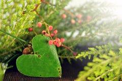 Сердце сформировало лист, рождественскую елку и красные ягоды Стоковое Фото