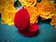 Сердце сформировало коробку кольца и букет роз Стоковые Фото