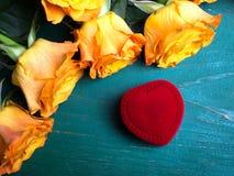 Сердце сформировало коробку кольца и букет роз Стоковые Изображения