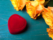 Сердце сформировало коробку кольца и букет роз Стоковые Изображения RF