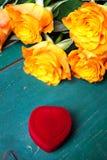 Сердце сформировало коробку кольца и букет роз Стоковое фото RF