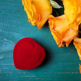 Сердце сформировало коробку кольца и букет роз Стоковые Фотографии RF