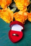 Сердце сформировало коробку кольца и букет роз Стоковая Фотография