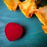 Сердце сформировало коробку кольца и букет роз Стоковое Фото