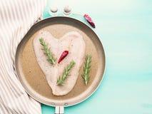 Сердце сформировало сырцовую куриную грудку с травами и перцем Стоковое фото RF