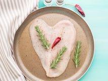 Сердце сформировало сырцовую куриную грудку с травами и перцем Стоковая Фотография RF