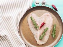 Сердце сформировало сырцовую куриную грудку с травами и перцем Стоковая Фотография