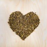 Сердце сырцовых сухих коричневых чечевиц в чашке, взгляд сверху Стоковое Фото