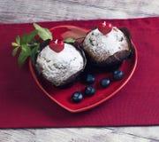 Сердце с 2 булочками ягоды стоковая фотография