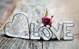 Сердце с влюбленностью слова в металле с красной розой Стоковые Фотографии RF