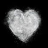 Сердце сделанное белого изолированного взрыва порошка на черноте Стоковая Фотография