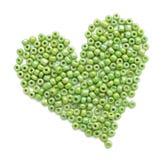 Сердце сделанное зеленых beeds стоковое изображение rf