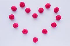 Сердце сделанное из красных конфеты и студня на белой предпосылке Стоковые Изображения RF