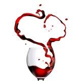 Сердце сделанное лить красное вино в стекле стоковое фото rf