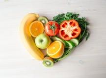Сердце сделанное от различных фруктов и овощей на светлом деревянном столе стоковая фотография rf