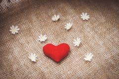 Сердце сделанное с руками с цветками Стоковые Изображения