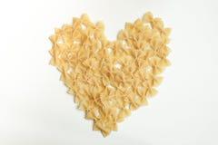 Сердце сделанное farfalle, макаронных изделий бабочки на белой предпосылке Стоковые Фотографии RF